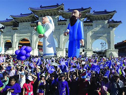Người ủng hộ ứng cử viên độc lập Kha Văn Triết tuần hành ở Đài Bắc Ảnh: REUTERS