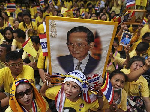 Hàng ngàn người mang theo chân dung Quốc vương Bhumibol Adulyadej tập trung tại bệnh viện Siriraj ở BangkokẢnh: Reuters