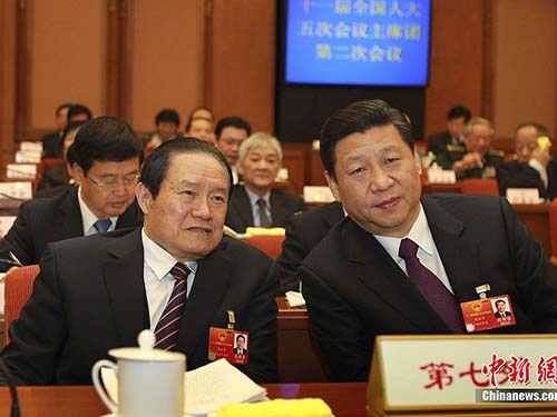 Cựu Ủy viên Thường vụ Bộ Chính trị Đảng Cộng sản Trung Quốc Chu Vĩnh Khang (trái) và Chủ tịch Tập Cận Bình, lúc còn là phó chủ tịch, tại kỳ họp quốc hội hồi tháng 3-2012 Ảnh: CHINA NEWS
