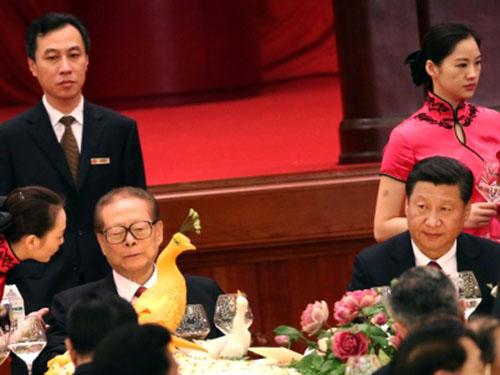 Chủ tịch Trung Quốc Tập Cận Bình (bìa phải) và người tiền nhiệm - ông Giang Trạch Dân (giữa)Ảnh: EPA