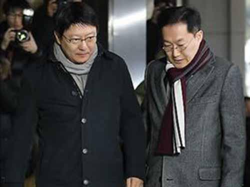 Ông Park Ji-man (trái) trình diện tại Văn phòng Công tố Seoulhôm 15-12Ảnh: Yonhap
