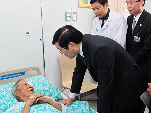 Chủ tịch nước Trương Tấn Sang thăm hỏi bệnh nhân tại Bệnh viện Chợ Rẫy - Phnom PenhẢnh: TTXVN