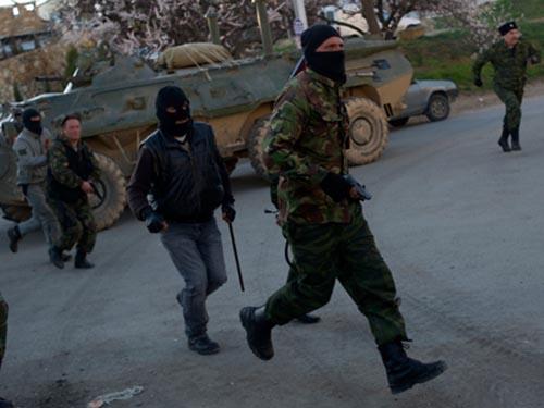Lực lượng thân Nga chiếm căn cứ không quân ở Belbek trên bán đảo Crimea hôm 23-3Ảnh: AP