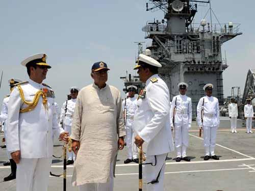 Bộ trưởng Quốc phòng Ấn Độ Arun Jaitley (giữa) thăm tàu sân bay INS Viraat ở Mumbai hôm 7-6 Ảnh: THE HINDU