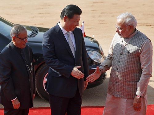 Thủ tướng Ấn Độ Narendra Modi (phải) tiếp Chủ tịch Trung Quốc Tập Cận Bình ở New Delhi ngày 18-9.Ảnh: REUTERS
