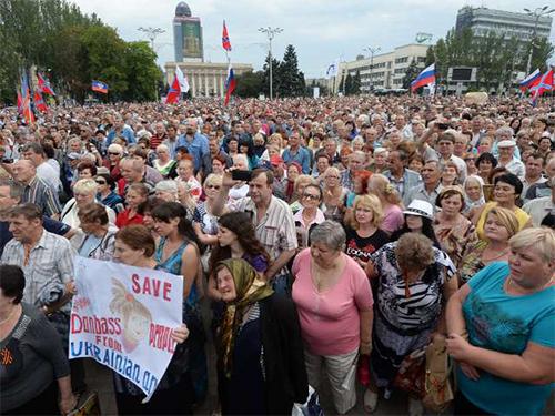 Hơn 3.000 người mít tinh ủng hộ Cộng hòa Nhân dân Donetsk tại trung tâm TP Donetsk hôm 7-7 Ảnh: RIA NOVOSTI