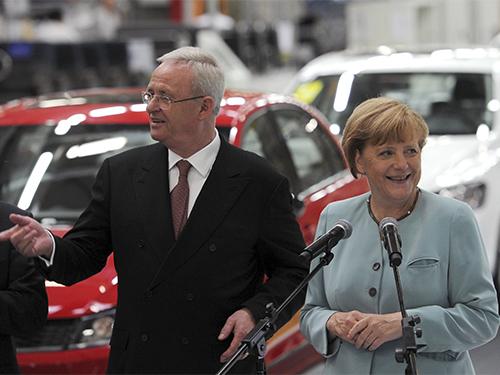 Thủ tướng Đức Angela Merkel thăm một nhà máy sản xuấtxe hơi ở Thành Đô - Trung Quốc hôm 6-7.Ảnh: Reuters