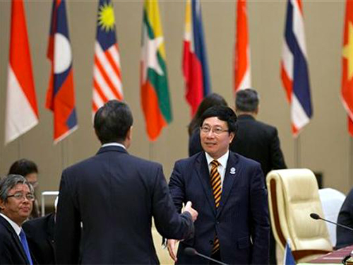 Phó Thủ tướng - Bộ trưởng Ngoại giao Phạm Bình Minh gặp Ngoại trưởng Trung Quốc Vương Nghị Ảnh: AP