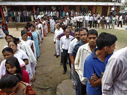 Cử tri chờ bỏ phiếu tại làng Nakhrai thuộc bang Assam hôm 7-4 Ảnh: Reuters