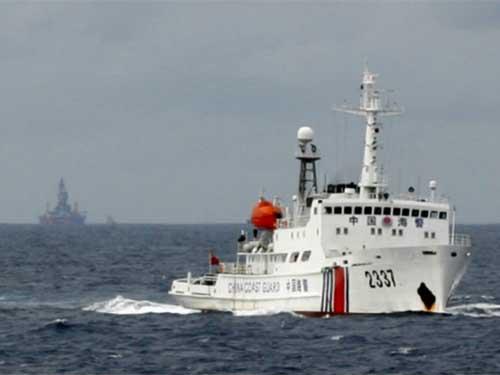 Tàu và giàn khoan Hải Dương 981 của Trung Quốc hoạt động trái phép trong vùng biển của Việt Nam Ảnh: REUTERS