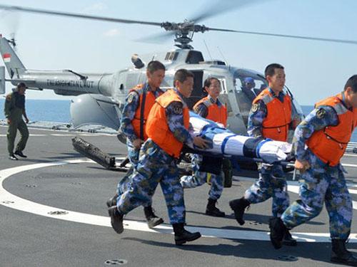 Binh lính 16 nước diễn tập cứu nạn trên biển trong cuộc tập trận Komodo - 2014 ngoài khơi đảo Batam - IndonesiaẢnh: CHINAMIL