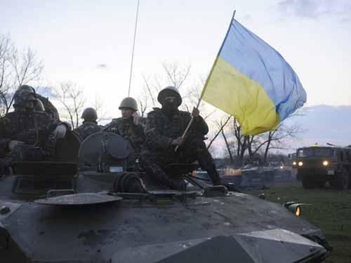 Xe tăng và binh sĩ Ukraine tập trung ở gần TP Sloviansk hôm 14-4Ảnh: AP