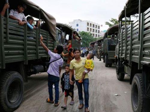 Dân nhập cư Campuchia được xe quân sự đưa về thị trấn PoipetẢnh: The Phnom Penh Post