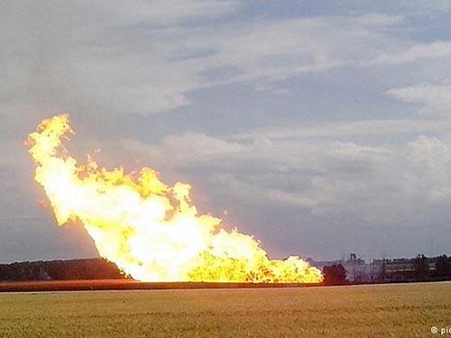 Đường ống dẫn khí đốt ở miền Trung Ukraine phát cháy hôm 17-6Ảnh: DPA