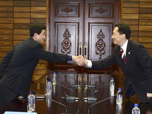 Trưởng đoàn Triều Tiên Park Yong-il (trái) và người đồng cấp Hàn Quốc Lee Duk-haeng tại cuộc đàm phán ngày 5-2.Ảnh: REUTERS