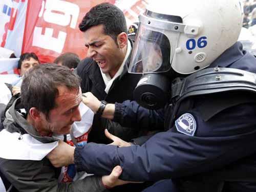 Người biểu tình chống chính phủ và cảnh sát xô xát tại Ankara hôm 26-2 Ảnh: Reuters