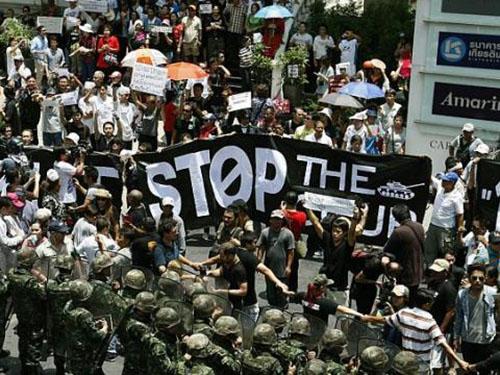 Hơn 1.000 người tuần hành phản đối đảo chính ở Bangkok hôm 25-5Ảnh: EPA