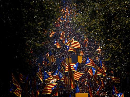 Tuần hành đòi độc lập ở Barcelona, thủ phủ khu tự trị Catalonia - Tây Ban Nha, hôm 11-9 Ảnh: AP