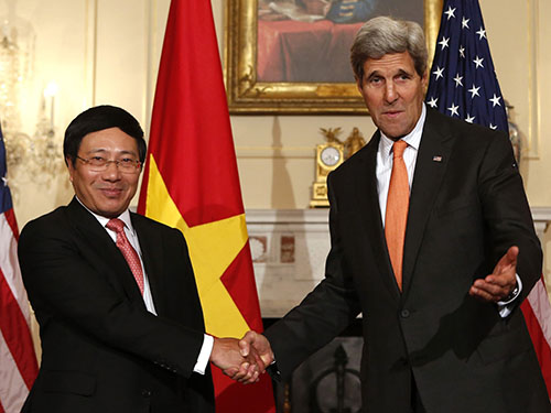 Ngoại trưởng Mỹ John Kerry (phải) tiếp Phó Thủ tướng, Bộ trưởng Bộ Ngoại giao Phạm Bình Minh hôm 2-10 Ảnh: Reuters