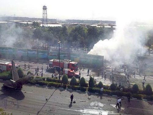 Một phần của chiếc máy bay Iran gặp nạn nằm ngay trên đường giao thôngẢnh: Fars