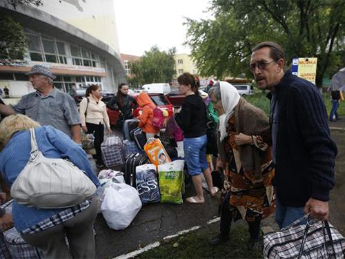Người dân chuẩn bị lên xe chạy khỏi vùng Donetsk do lo ngại chiến sự Ảnh: Reuters