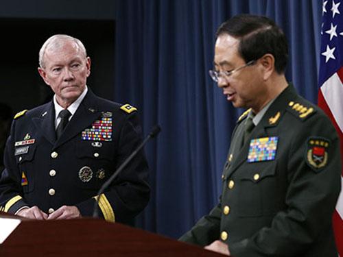 Tướng Martin Dempsey (trái) chỉ trích Trung Quốc khiêu khích ở biển Đông tại cuộc gặp tướng Phòng Phong HuyẢnh: Reuters