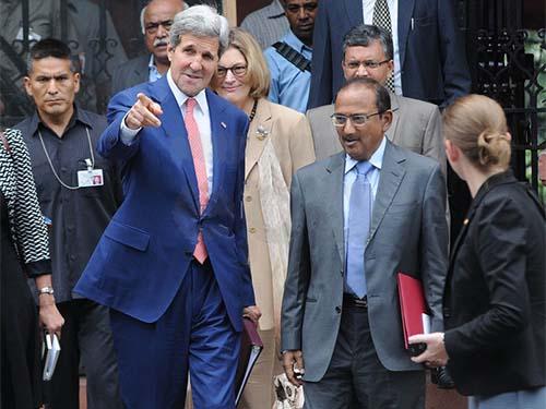 Ngoại trưởng Mỹ John Kerry (trái) và cố vấn an ninh quốc gia Ấn Độ Ajit Kumar Doval sau cuộc họp ngày 31-7Ảnh: EPA