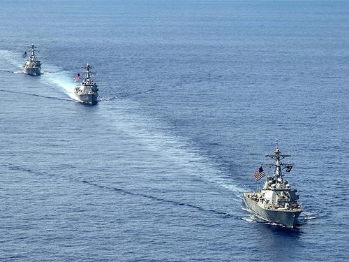 Ba tàu khu trục Mỹ cùng tuần tra tại khu vực Hạm đội 7 trên biển Đông hôm 7-7Ảnh: Navy.mil