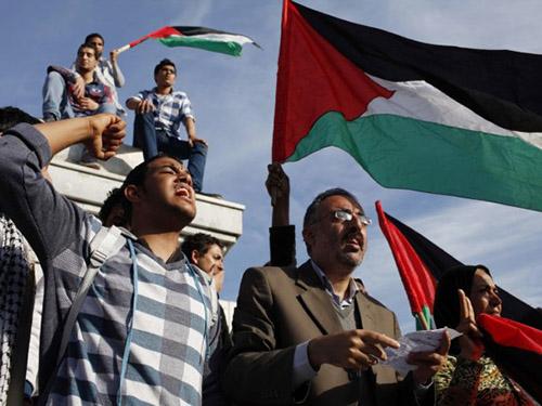 Người dân Palestine ăn mừng tại Gaza sau khi Fatah và Hamas đạt thỏa thuận hòa giải Ảnh: Reuters
