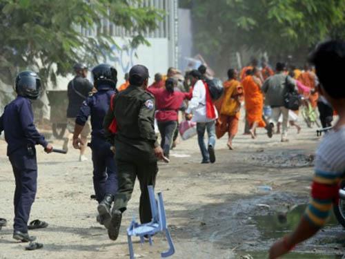Người biểu tình bỏ chạy khi lực lượng an ninh tiến vào Công viên Tự do hôm 4-1 Ảnh: CAMBODIA DAILY