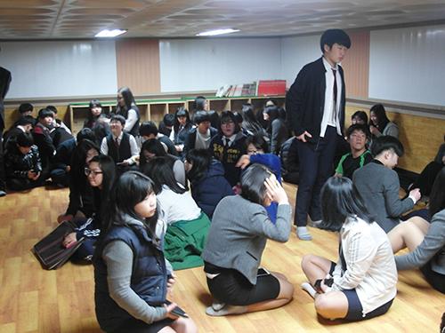 Học sinh tại nơi trú ẩn trên đảo Yeonpyeong trong lúc xảy ra vụ đấu pháo giữa 2 miền Triều Tiên hôm 31-3 Ảnh: Reuters