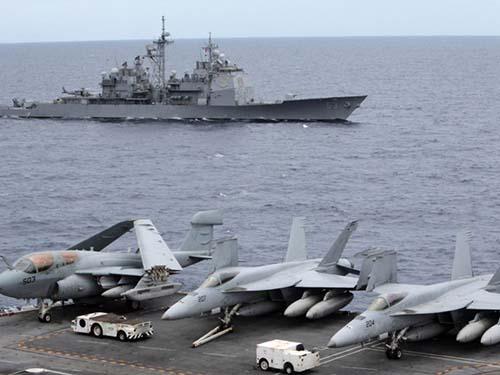 Tàu sân bay USS George Washington và tàu tuần dương USS Cowpens trong một nhiệm vụ ở biển Đông Ảnh: Reuters