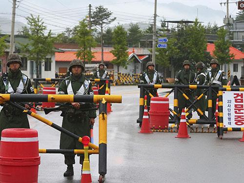 Binh sĩ Hàn Quốc lập chốt kiểm soát để truy lùng thủ phạm vụ xả súng tại thị trấn Goseong hôm 22-6Ảnh: Reuters