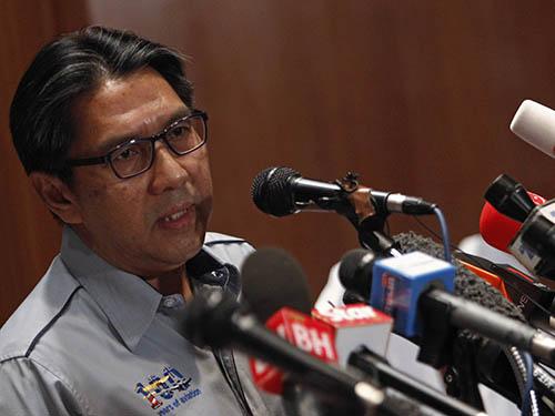 Cục trưởng Cục Hàng không dân dụng Malaysia, ông Azaruddin Abdul Rahman, tại cuộc họp báo hôm 9-3Ảnh: Reuters
