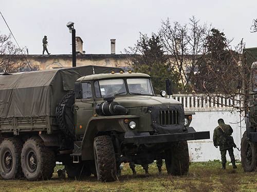 Các tay súng được cho là lính Nga canh gác bên ngoài căn cứ quân sự A3009 của Ukraine tại TP Sevastopol, Crimea ngày 8-3 Ảnh: REUTERS