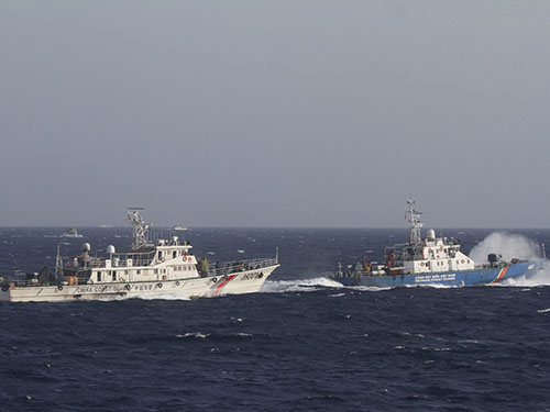 Tàu Cảnh sát biển Việt Nam (phải) ngăn chặn tàu Trung Quốc ở khu vực đặt giàn khoan trái phép Ảnh: Reuters