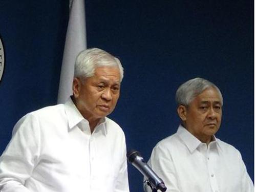 Ngoại trưởng Philippines Albert del Rosario tại cuộc họp báo về vụ kiện Trung Quốc hôm 30-3 Ảnh: Inquirer.net