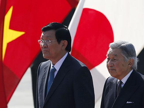 Chủ tịch nước Trương Tấn Sang (trái) và Nhật hoàng Akihitotại lễ đón tiếp ở hoàng cung sáng 17-3 Ảnh: REUTERS