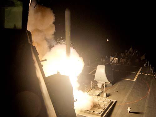 Tên lửa hành trình Tomahawk được bắn trong một đợt không kích nhằm vào các mục tiêu của IS ở Syria hôm 23-9Ảnh: Reuters