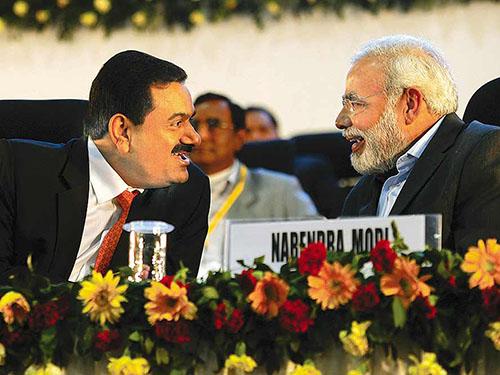 Thủ tướng đắc cử Narendra Modi (phải) và tỉ phú Gautam Adani Ảnh: OUTLOOK INDIA