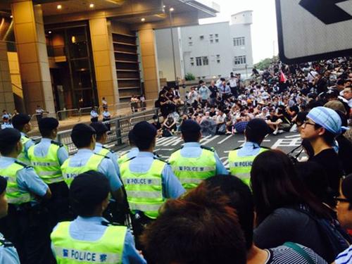 Người biểu tình và cảnh sát đóng chốt trước trụ sở cảnh sát quận Loan Tử ngày 29-9 Ảnh: THE WALL STREET JOURNAL