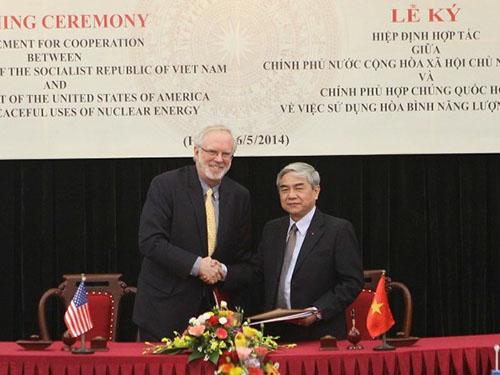 Lễ ký Hiệp định hợp tác giữa Việt Nam và Mỹ về sử dụng hòa bình năng lượng hạt nhân (Hiệp định 123) hôm 6-5 Ảnh: TTXVN