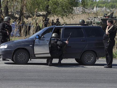 Lực lượng an ninh Ukraine tại một chốt kiểm soát gần TP Slavyansk hôm 4-5Ảnh: Reuters