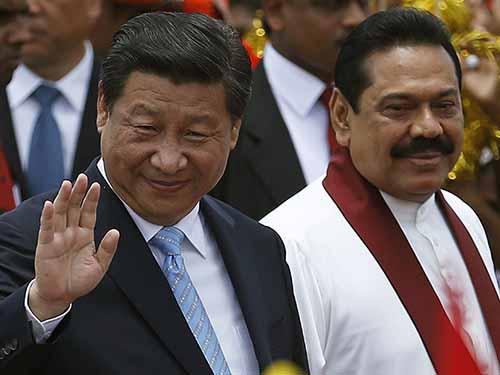Chủ tịch Trung Quốc Tập Cận Bình (trái) và Tổng thống Sri Lanka Mahinda Rajapaksa trong lễ đón chính thức tại sân bay quốc tế Bandaranaike ở thành phố Katunayake hôm 16-9 Ảnh: REUTERS
