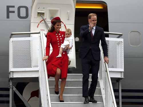 Bộ váy đỏ mà công nương Kate mặc khi xuống sân bay ở New Zealand cũng mang hơi hướng của mẹ chồngẢnh: REUTERS
