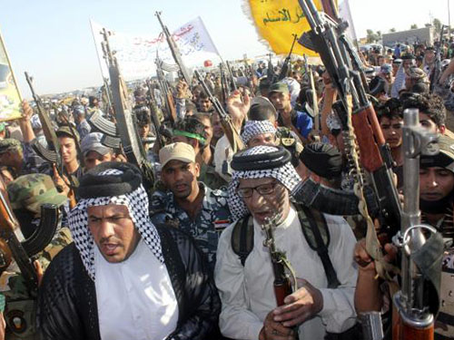 Người Shiite tình nguyện gia nhập quân đội Iraq để chống lại phiến quân Sunni của tổ chức Nhà nước Hồi giáo ở Iraq và Cận Đông (ISIL) tại tỉnh Diyala hôm 26-6 Ảnh: REUTERS