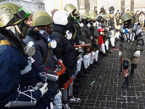 Phe cánh hữu huấn luyện tại Quảng trường  Độc lập  ở Kiev Ảnh: REUTERS