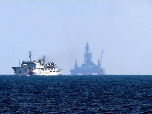 Tàu và giàn khoan Hải Dương 981 của Trung Quốc hoạt động trái phép tại vùng biển của Việt NamẢnh: REUTERS