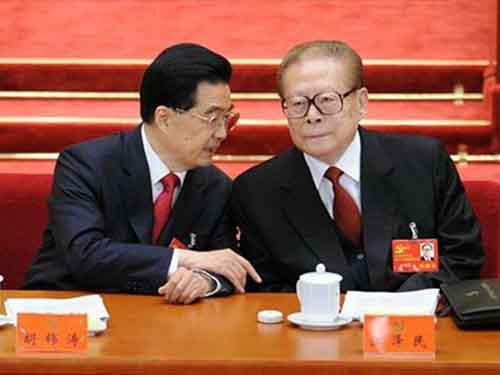 Hai cựu chủ tịch Trung Quốc Hồ Cẩm Đào (trái) và Giang Trạch Dân Ảnh: Tân Hoa Xã - Reuters