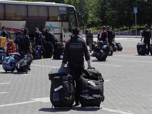 Cảnh sát Liên bang Úc (AFP) tại sân bay Kharkov, miền Đông UkraineẢnh: REUTERS